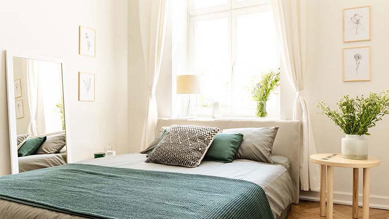3. چیدمان اتاق خواب کوچک با وسایل ساده