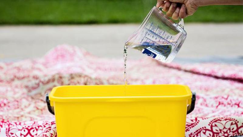 محلول آب و سرکه برای شستشوی رومیزی